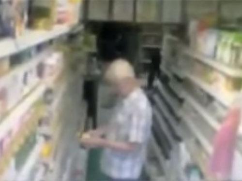 ポルターガイスト現象で、店内の棚から商品が落ちる1