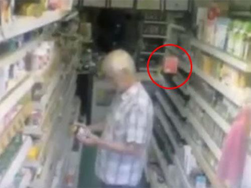 ポルターガイスト現象で、店内の棚から商品が落ちる3