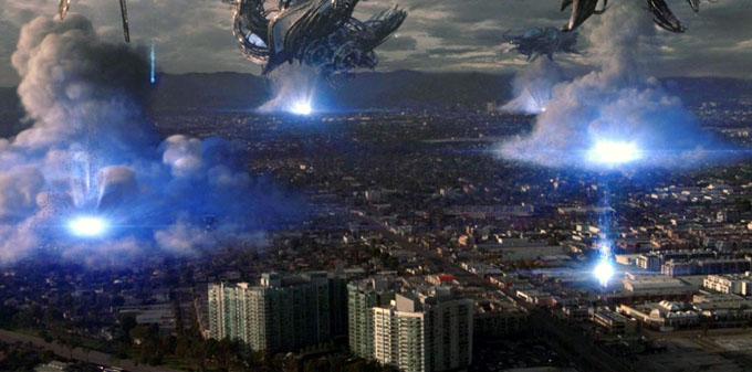 上空から街を攻撃するUFO群