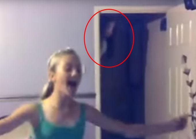 ドアから覗き込む幽霊