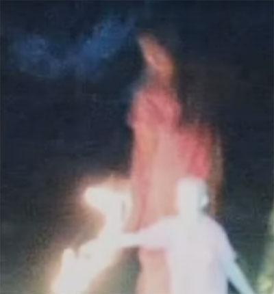 少女の背後に立つ聖母マリア