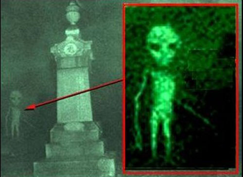 墓場に潜んでいた緑色のエイリアンの映像! 宇宙人は墓場がお好き?