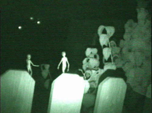 墓場に集う宇宙人