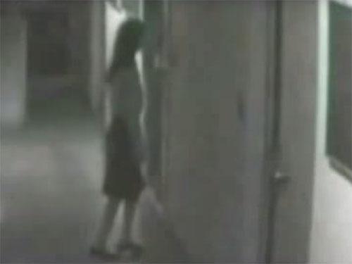 壁に消える女性の幽霊2