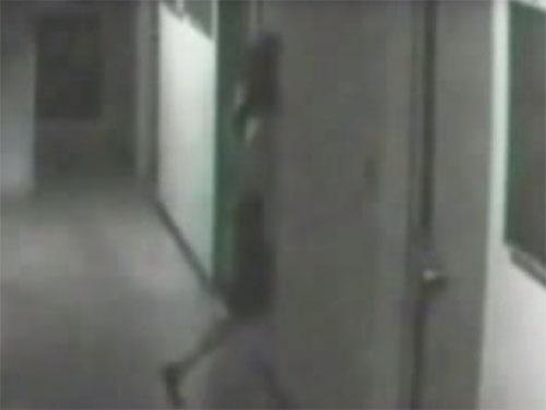 廊下を歩く女性が、壁に吸い込まれて消えた! 幽霊か? それとも異次元への入口か?