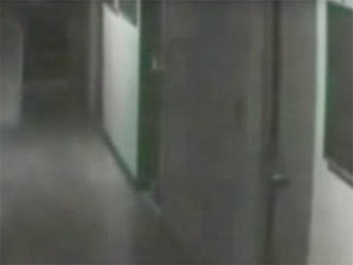 壁に消える女性の幽霊4