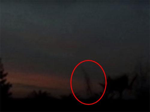夕闇に浮かび上がる巨人の影