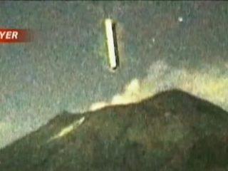 葉巻型の巨大UFO、メキシコ・ポポカテペトル山の火口に突入!