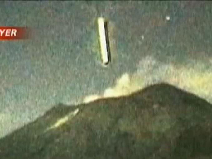ポポカテペトル山の火口に突っ込む巨大UFO