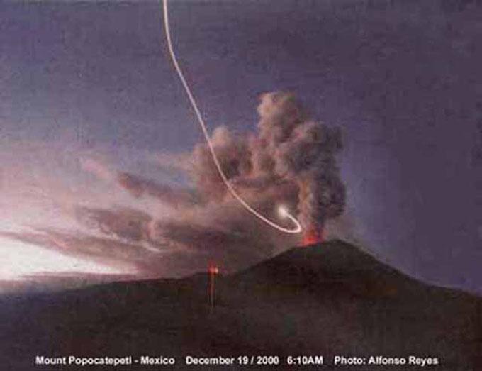 ポポカテペトル山の噴煙に向かって飛行するUFO