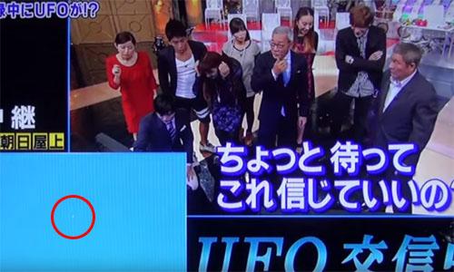 屋上に設置したテレビカメラがUFOを捉えて、スタジオ内も騒然! 2