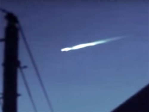 墜落しそうな母船UFOから脱出する小型UFO 1