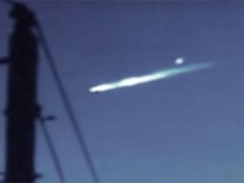 UFOが墜落している? 母船UFOから、小型UFOが脱出!