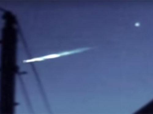 墜落しそうな母船UFOから脱出する小型UFO 3