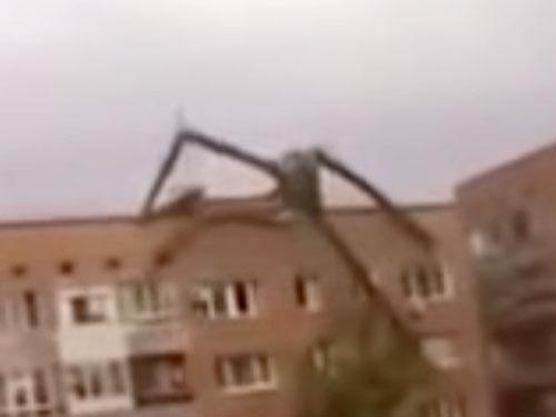 ロシアのUMA超巨大クモがマンションをよじ登る! 正体は蜘蛛男か、都市伝説のスレンダーマンか?