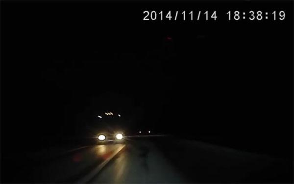 闇に包まれる道路