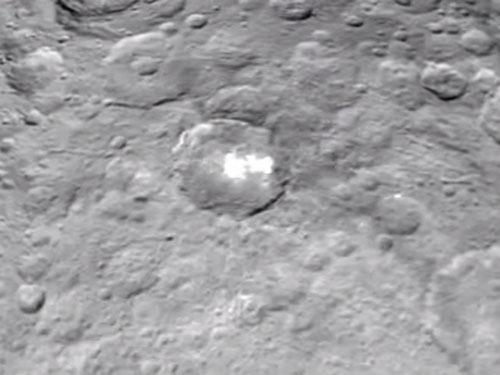準惑星ケレスの地表に、「謎の光」が発見される! 宇宙人の基地か?