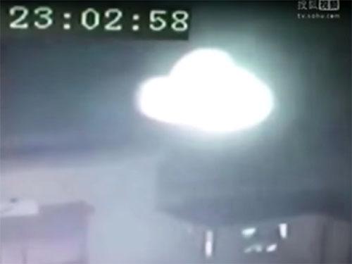 中国の寺院上空に現れた謎の発光体、UFOか? ライト・ビーイングか?