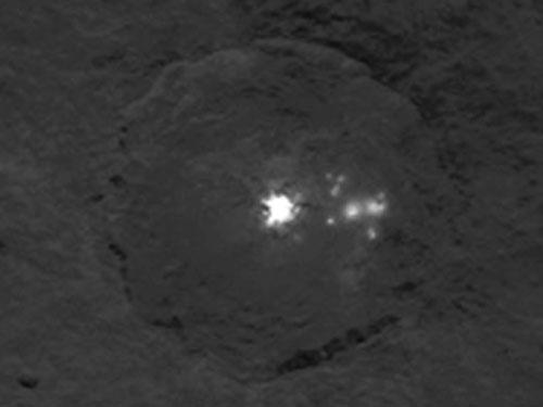 準惑星ケレス表面の謎の光点(拡大)