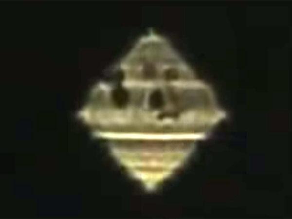 発光しながら変幻自在に形を変えるUFOが、モスクワに出現!