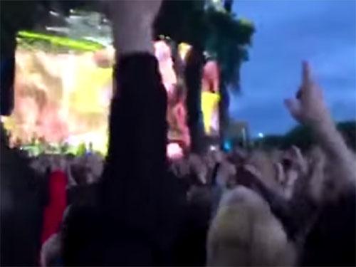 英国ロックバンドのブラー(Blur)のコンサート会場に、双子のUFOが出現!