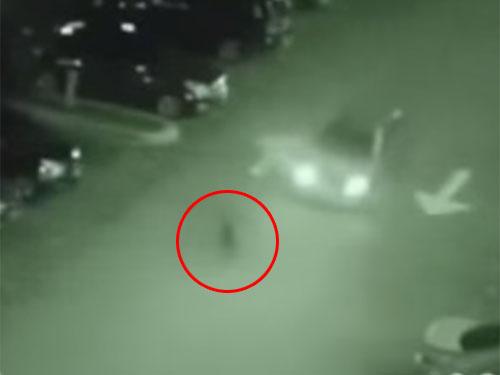 シャドーピープル(シャドーマン)が、車に轢かれる衝撃映像!