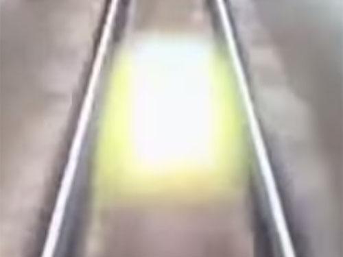列車を追いかけてくる不気味な発光体、UFOか、ライト・ビーイングか?