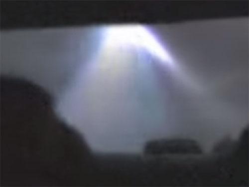 車を追いかけてくる不気味な発光体