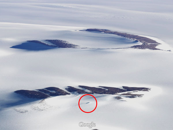 グーグルアースで南極大陸にUFO墜落の形跡を発見1