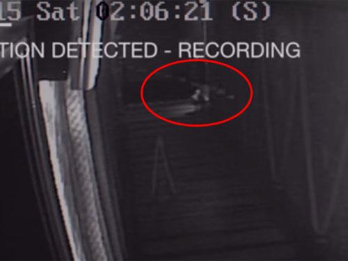 深夜の店に現れた幽霊、監視カメラが捉えた心霊現象の瞬間1