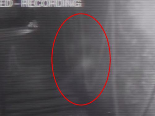 イギリスで有名な幽霊が出る店、監視カメラの幽霊映像!