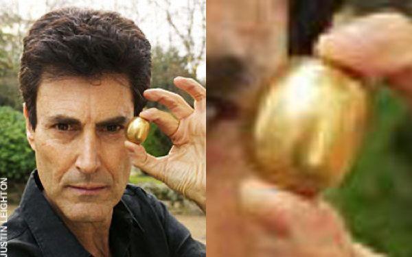 ジョン・レノンが宇宙人から渡された金の卵のようなものを持つユリ・ゲラー