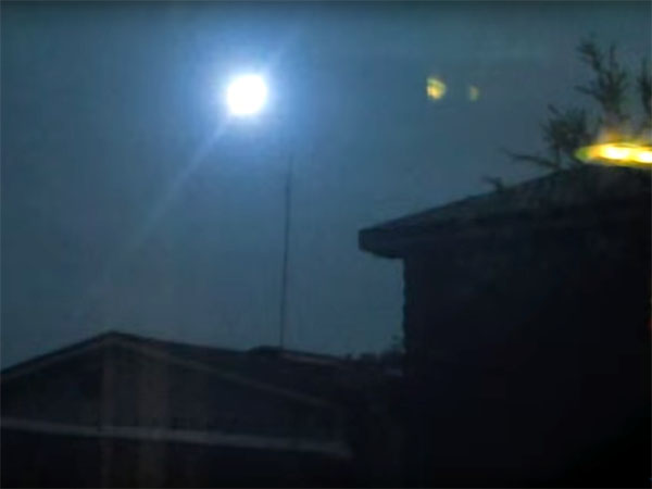 UFO? ボール・ライトニング? 強烈な閃光を放つ謎の発光体1