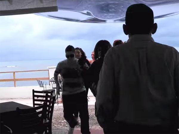 レストランの真上に急接近するUFO