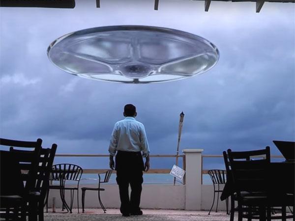 UFOに近づく謎の男