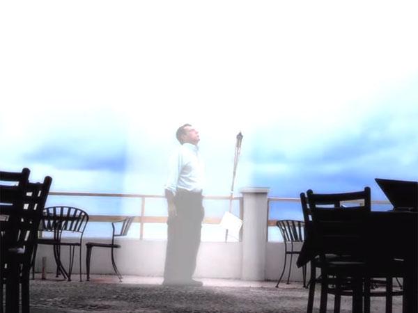 光に包まれてUFOに召還される謎の男