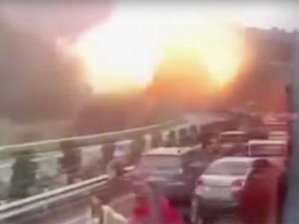 UFOの攻撃で爆発する車