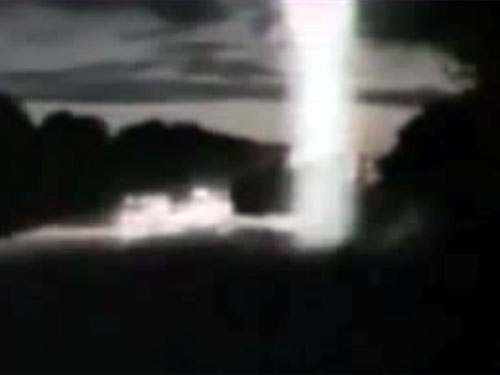 UFOの攻撃? 怪光線を浴びたトラック、道路に叩きつけられる!