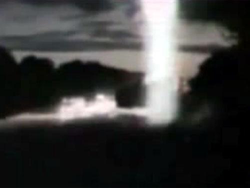 UFOがトラックを襲撃! 上空から放射された怪光線!