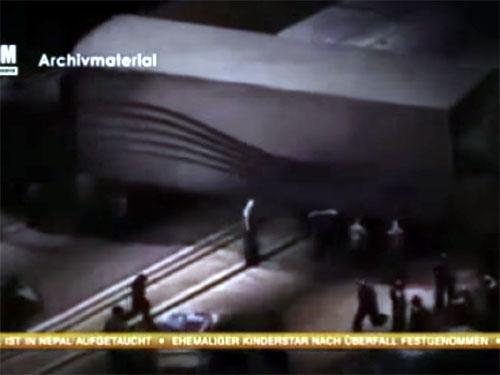UFOに襲撃されたトラックが横転