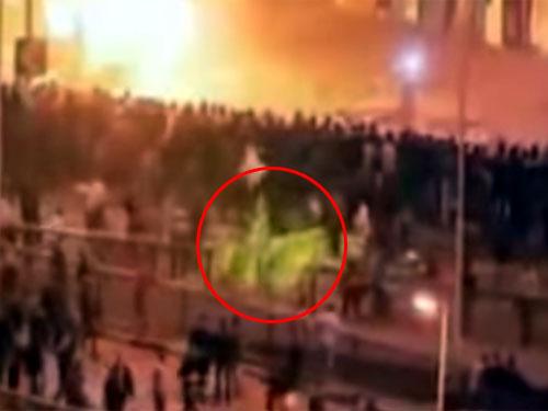 馬に乗った死神? エジプトの暴動に映った怖い映像