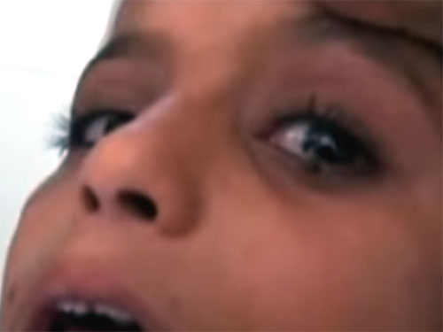 目から石を出す美少女