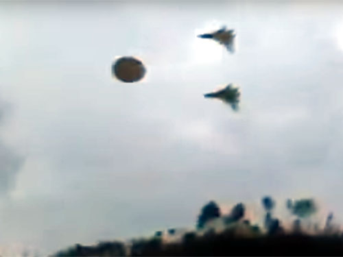 軍用機に護衛されるUFO! 米軍がUFO開発している証拠映像か?
