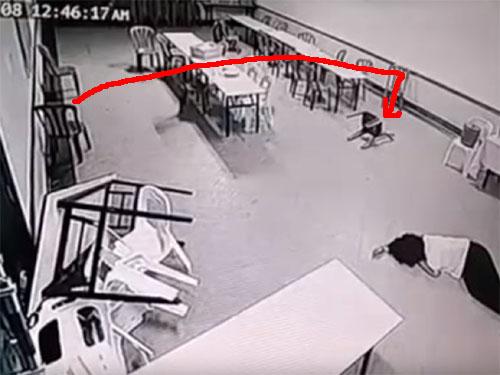 恐怖のポルターガイスト現象! 椅子や机が乱れ飛ぶ! 部屋に閉じ込められた女性が失神!