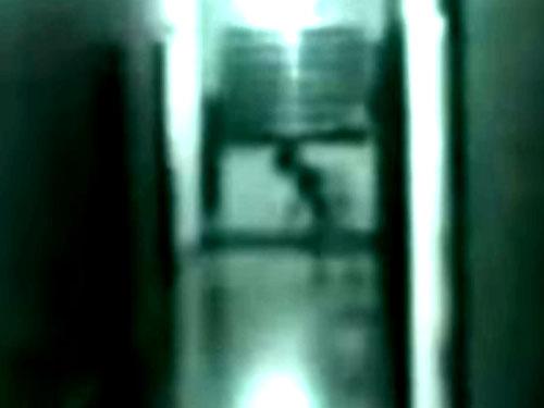 監視カメラが捉えた屋内に忍び込むグレイの宇宙人