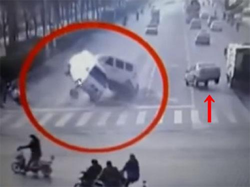 三台の車が、宙に浮き上がった! あり得ない自動車事故! 中国・上海