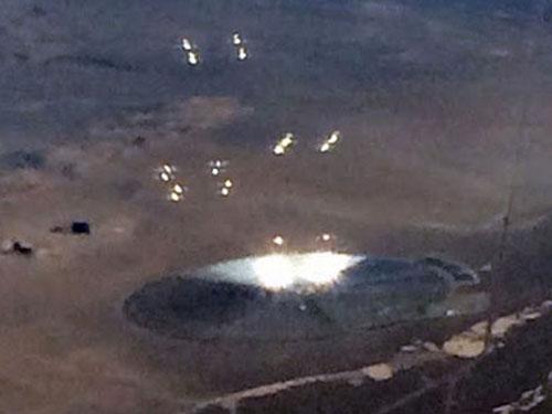 母船UFOに群がるUFO! エリア51付近の砂漠で撮影される