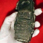 13世紀の地層から携帯電話! タイムトラベラーが忘れたオーパーツか?