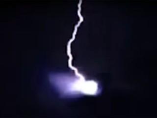 カミナリがUFOを直撃! 驚愕映像が、ガチで撮れてしまった