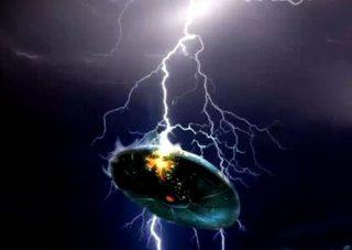 雷がUFOを直撃! 花火大会の最中、驚愕映像が撮れてしまった!